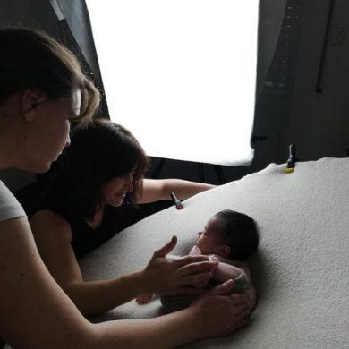 Cintia Espinoza fotógrafa en una sesión de fotos de estudio para bebe